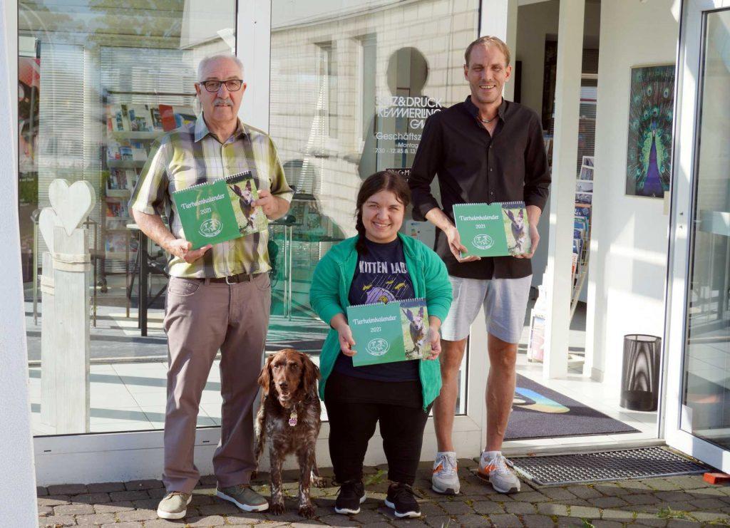 Franz-Josef Kemmerling mit Hündin Cilly, Milena Hoffmann, Günter Kemmerling bei der Übergabe der Kalender.